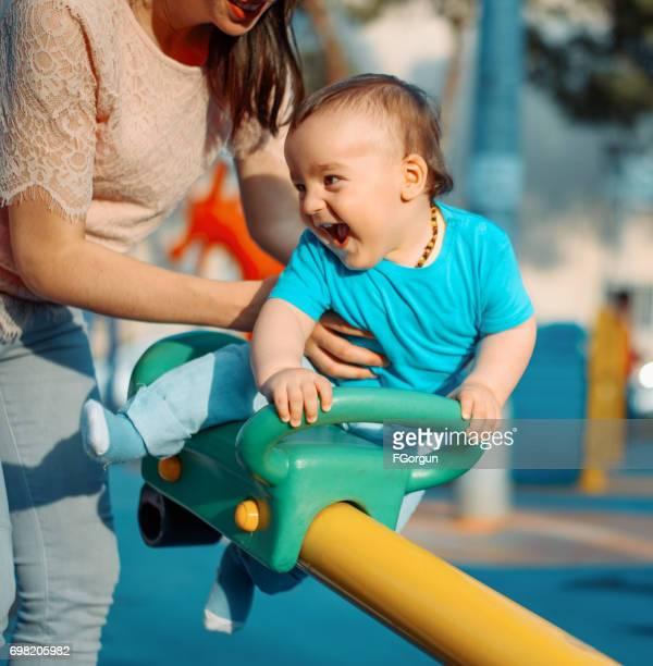 Mère et fils s'amuser dans un parc