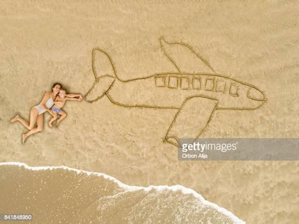 Mutter und Sohn mit einem Flugzeug