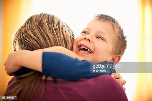母と息子を包む