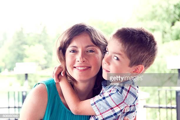 Mutter und Sohn im Park