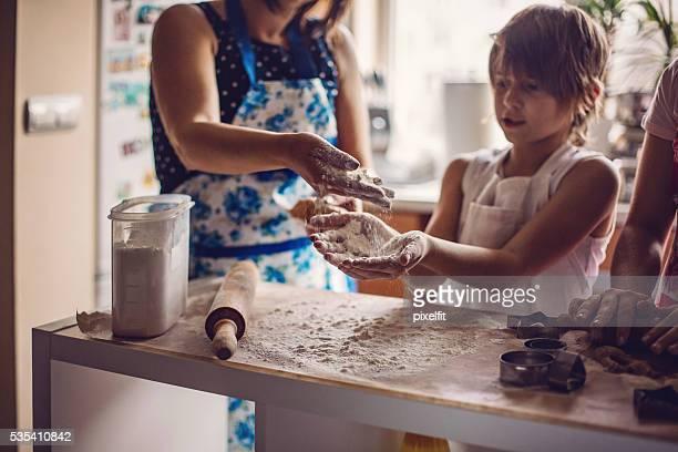 Mère et fils faire des cookies