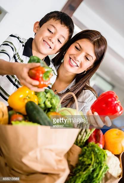 Mãe e filho organizar Mercearia