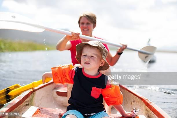 Mère et son fils pagayer sur un bateau