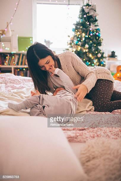 Madre e figlio Giocando sul letto al giorno d'inverno