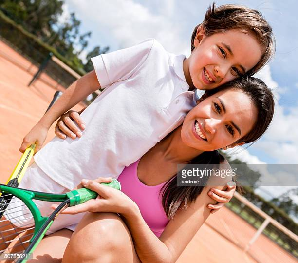 Mãe e filho a jogar ténis