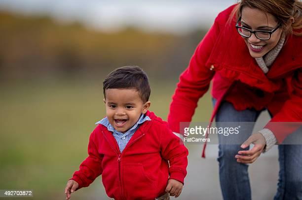 Mère et Son fils jouer ensemble à l'extérieur
