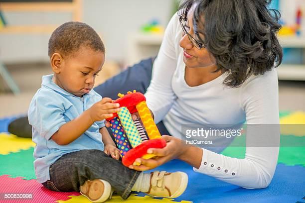 Mère et fils jouant ensemble