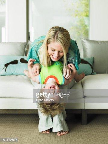 Madre e hijo jugando juntos : Foto de stock