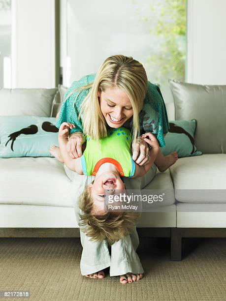 Madre e figlio giocano insieme