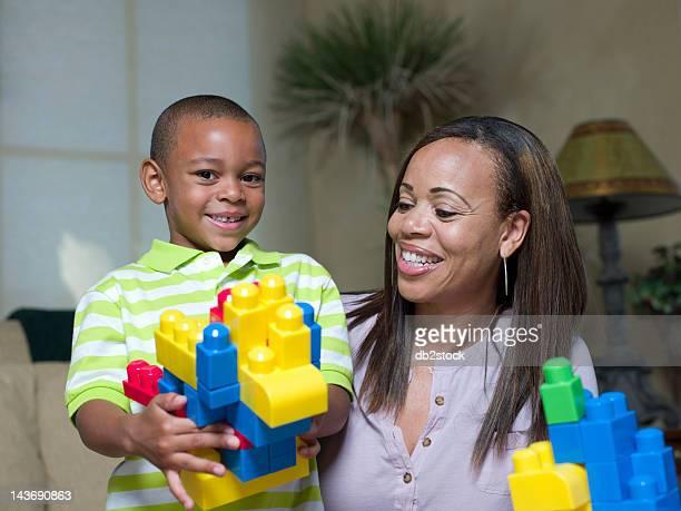 Mutter und Sohn spielen mit Lego