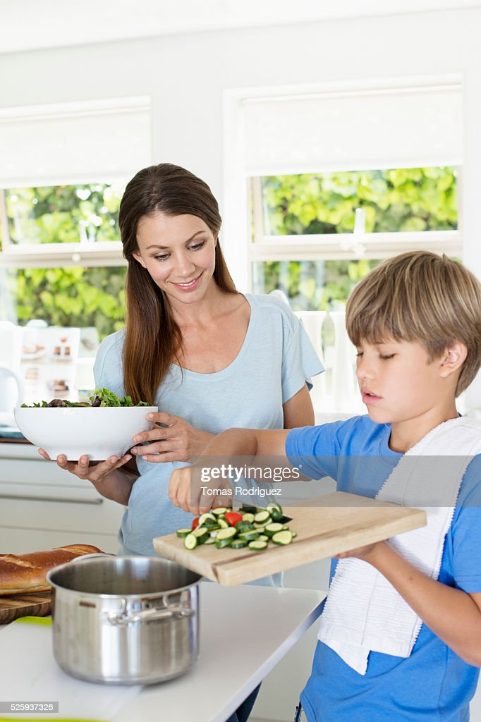 Mother and son (6-7) preparing food in kitchen : ストックフォト