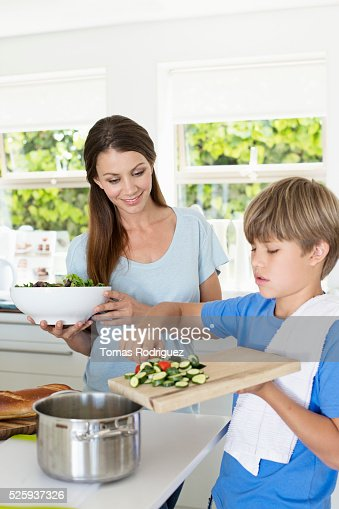 Mother and son (6-7) preparing food in kitchen : Stockfoto