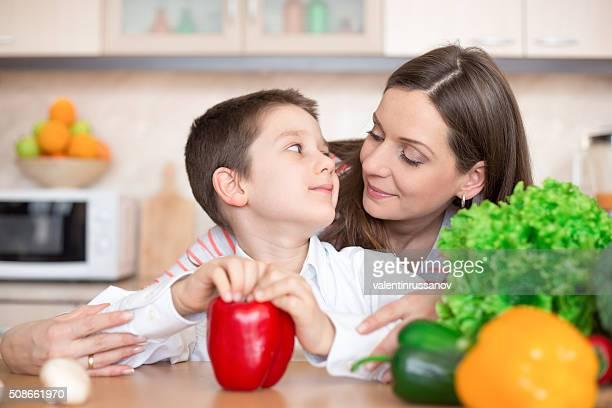 Mère et fils fils dans la cuisine à préparer les