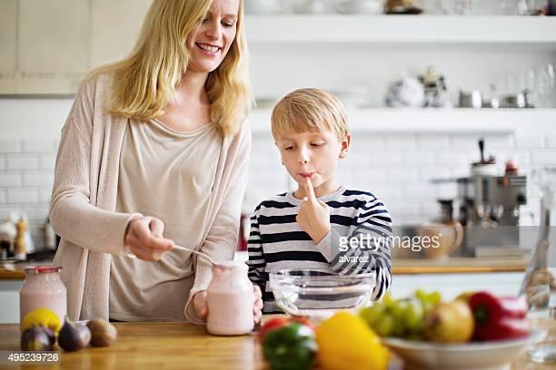 Mère et son fils de préparer les repas