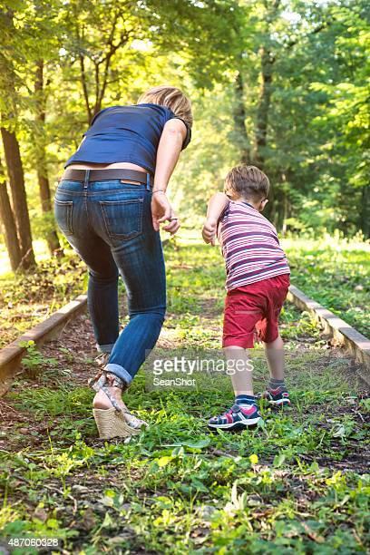 Madre e figlio di sei pronto per la corsa