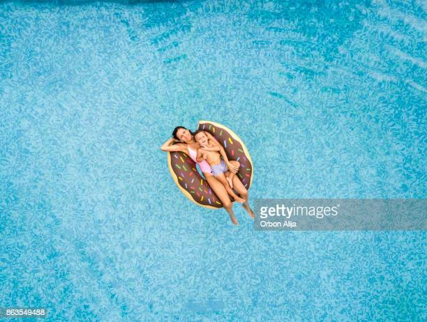 Mutter und Sohn entspannend am pool