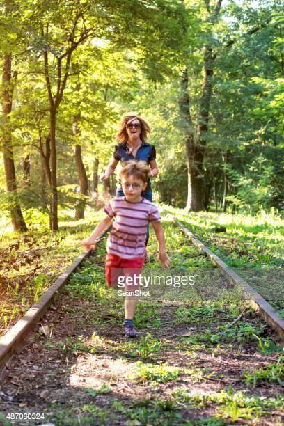 Madre e figlio di correre sulla abbandonato binario.