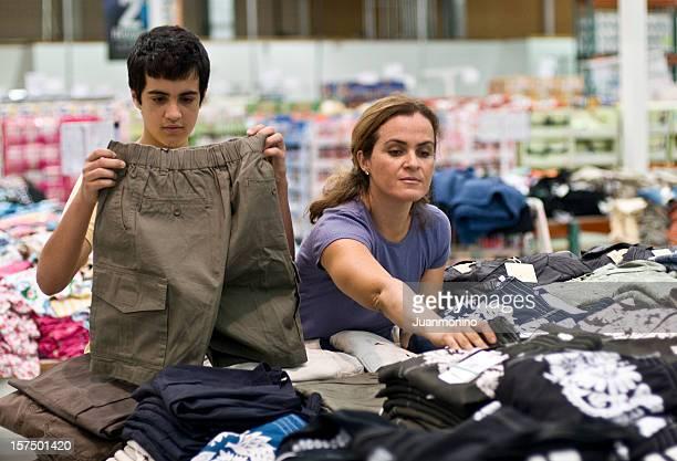 Madre e figlio di shopping per abiti