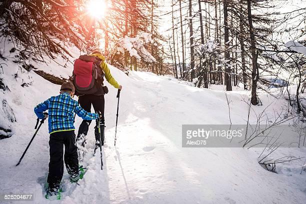 Mère et fils marche en raquettes