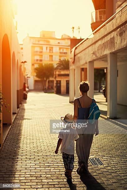 Mère et fils marche à l'école