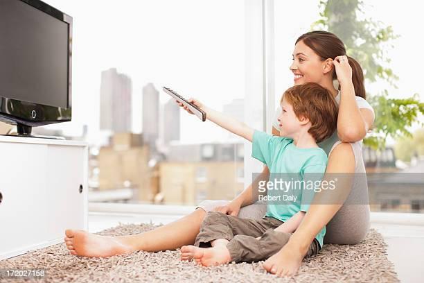 Mutter und Sohn Fernsehen