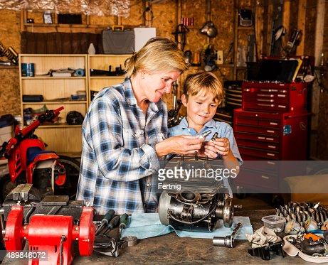 Madre e figlio lavorando sul motore moto in garage foto for Ouvrir son garage moto