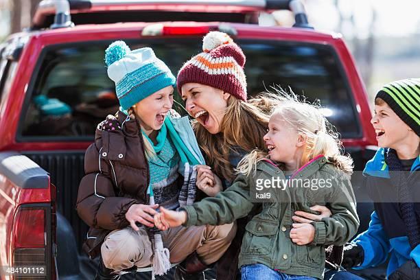 Mère et ses trois enfants s'amusant en plein air