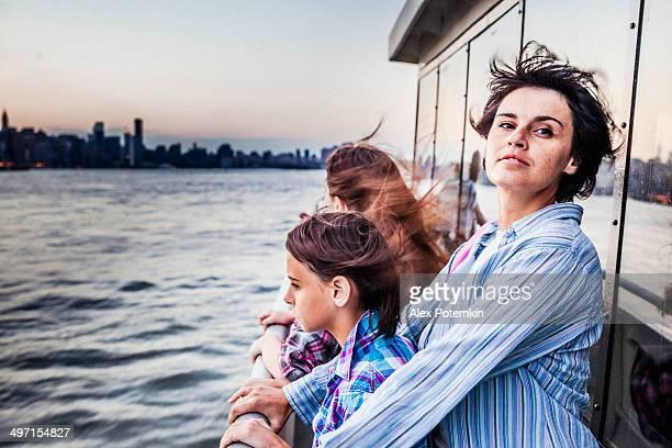 Mère et deux filles de ferry du fleuve Hudson