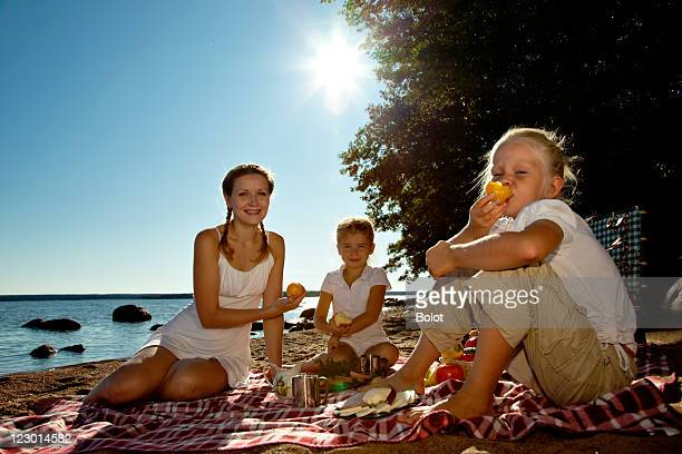 Mutter und zwei Töchter, ein Picknick am Strand