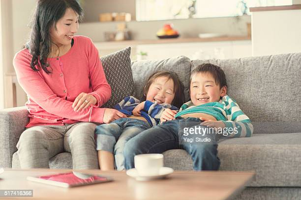 母と息子楽しむ 2 つのリビングルーム