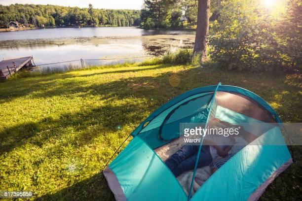 Mutter Ameise Tochter Spaß im Zelt am See