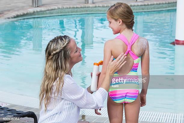 Mutter anwenden Sonnenschutz für Kinder am pool