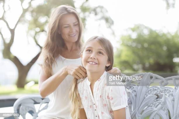 Madre figlia di intrecciatura Capelli all'aperto