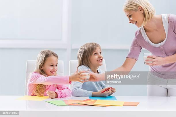 Mãe Trazendo leite para as crianças.