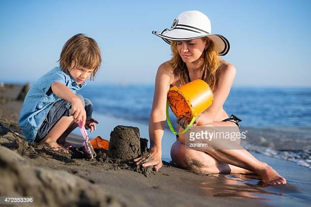 Mère avec son fils bâtiment sandcastle