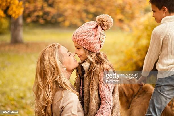 Mutter Kinder und Hund im Herbst-park