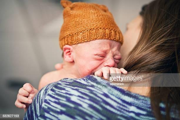 母は生まれたばかりの赤ちゃんの泣く少年快適