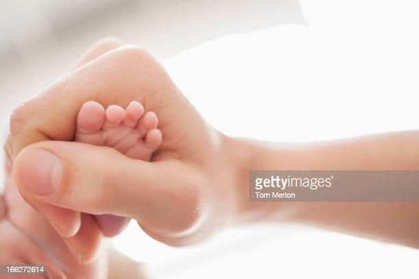 Mutter stabilen Neugeborenes baby Füße