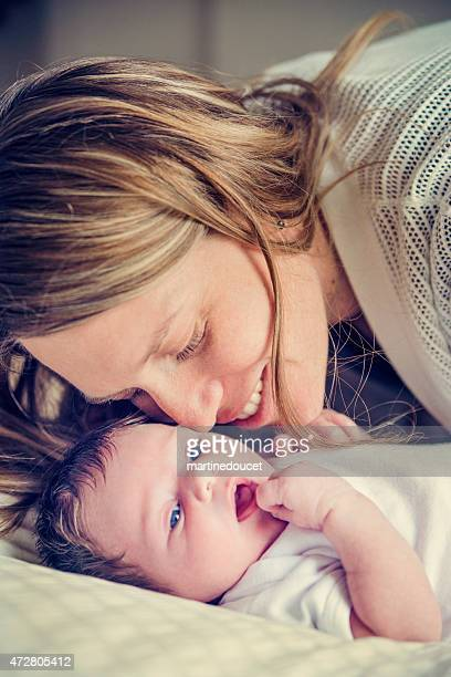 Mutter Kuscheln Neugeborenes baby Mädchen close-up auf Gesichter.