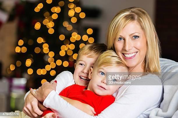 Mutter Kuscheln süßen kleinen Jungen an Heiligabend