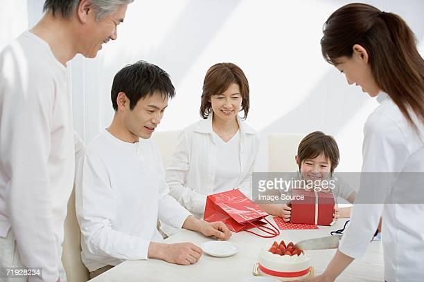 Mother カティング家族でのバースデーケーキ