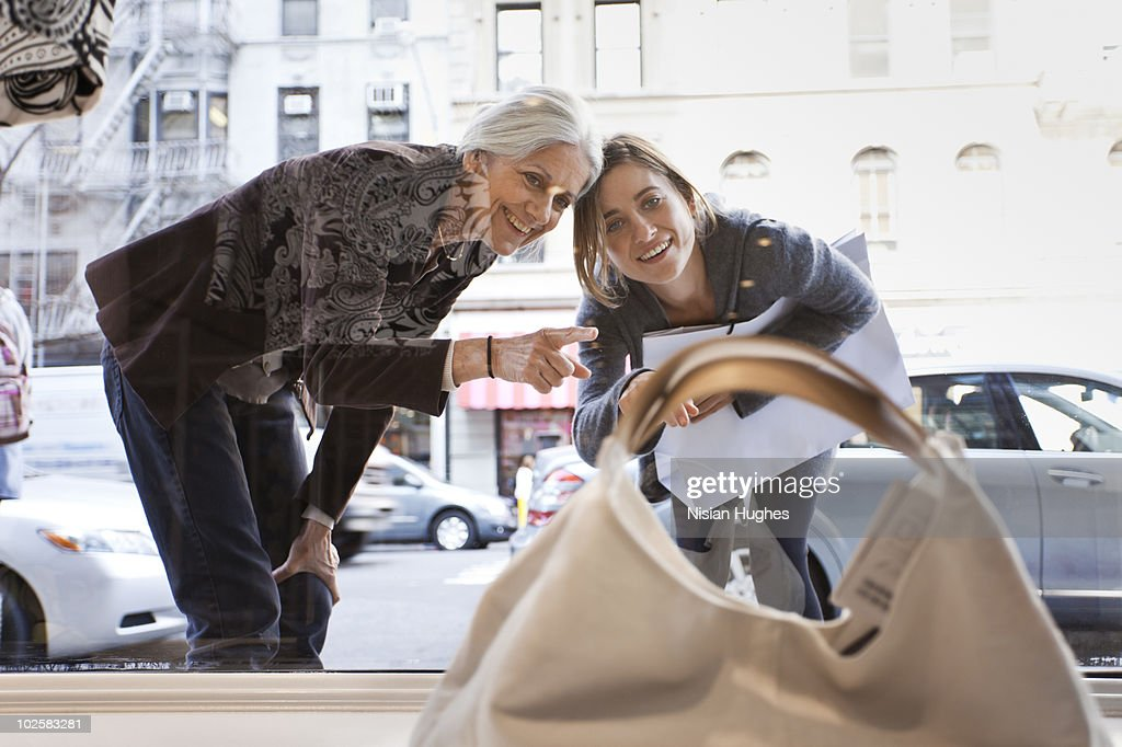 Mother daughter window shopping : Foto de stock