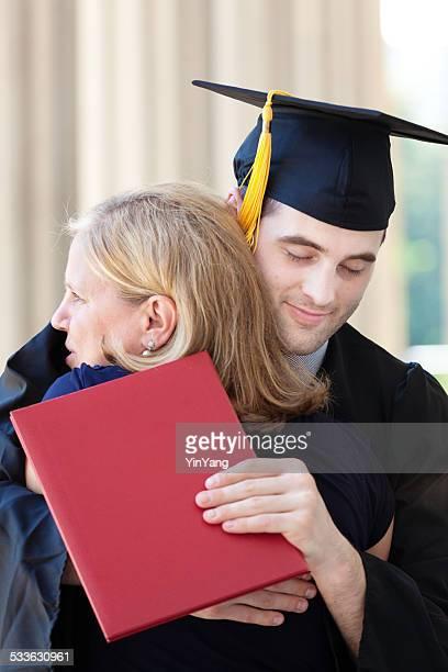 Mutter umarmen seinem Sohn in Abschlussfeier-Zeremonie