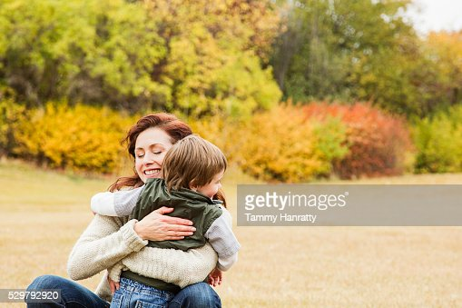 Mother embracing her son (4-5) : Stock-Foto