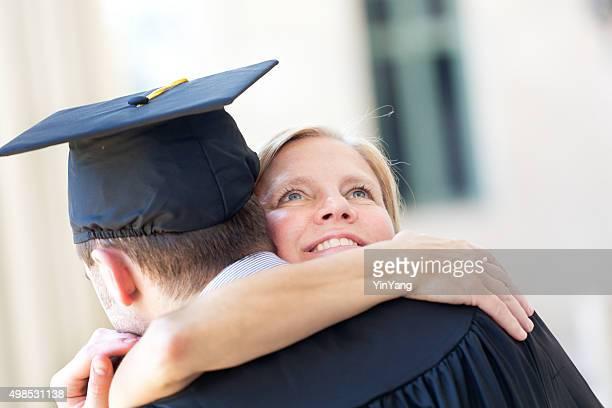 Mutter Embrassing seinem Sohn in Abschlussfeier-Zeremonie Horizontal