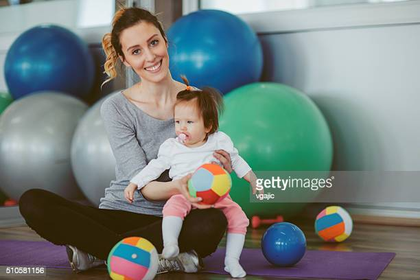 Mutter Übung mit Ihrem Baby in einem Fitnessstudio