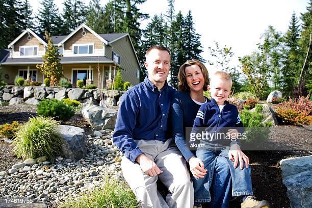 Mère père enfant fils à l'extérieur de la maison l'heureux heureux paysagers