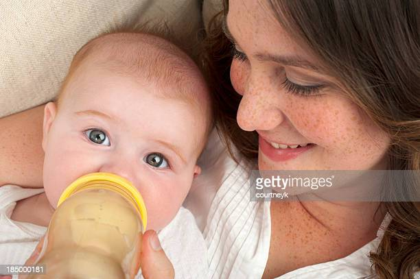Mutter füttern ihre Tochter