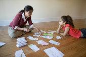 Mutter mit Tochter gehen über Rechnungen