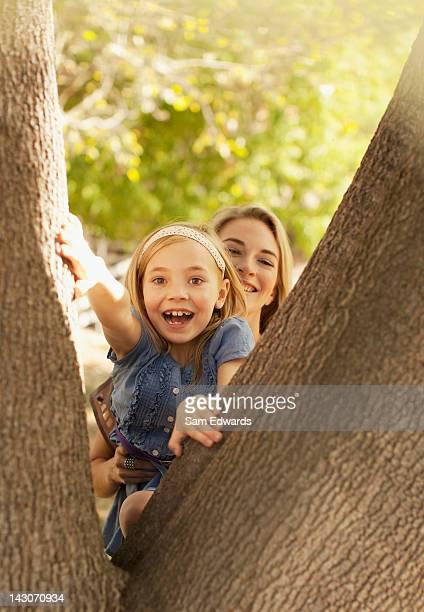 Mère aider sa fille grimper tree